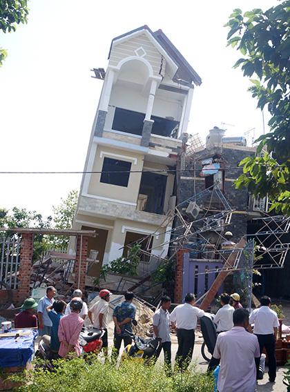 Nhà 4 tầng bị đổ nghiêng do không thi công chống văng nhà tại Quận Hai Bà Trưng