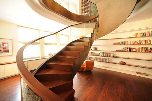 cầu thang kính tay vịn gỗ có trụ