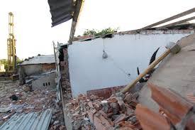 thi công phá dỡ nhà ở cũ bằng thủ công